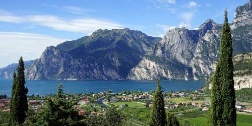 Utsikt över vackra Gardasjön i Italien Lake Garda